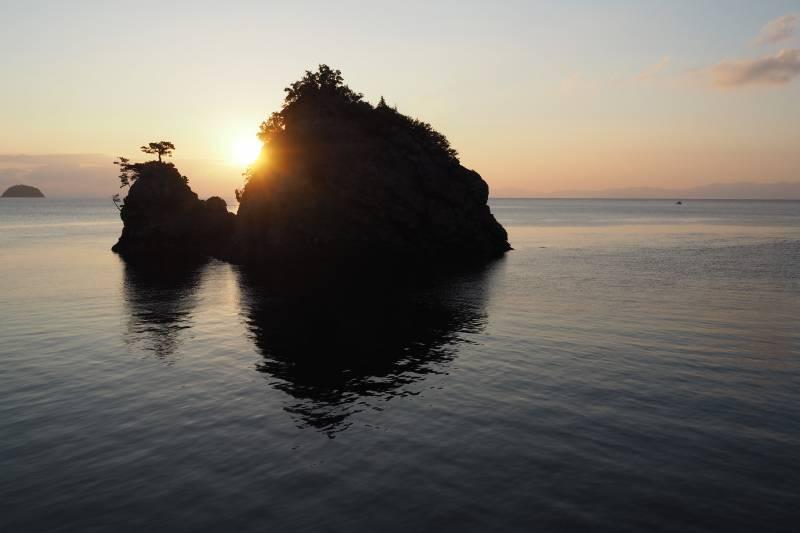 花寿波島の朝陽 ©(一社)小豆島観光協会
