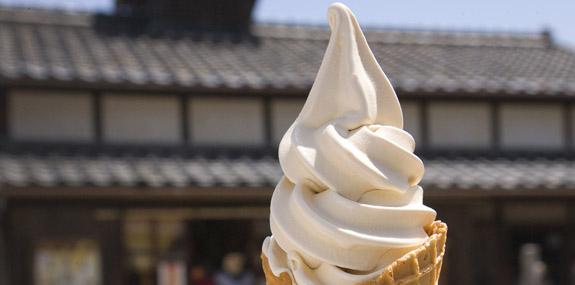 岬の醤油ソフトクリーム -二十四の瞳映画村チリリン屋-