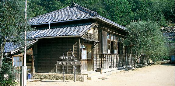 岬の分教場(苗羽小学校旧田浦分校校舎)